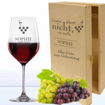 Rotweinglas in Holzkiste zum Geburtstag mit Namen