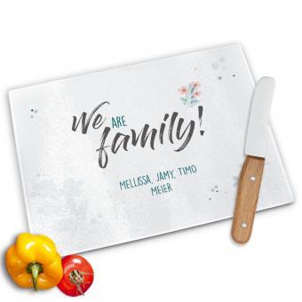 Glasschneidebrett mit *We are family* und ihrem Wunschtext bedruckt