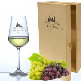 Weinglas mit Namen in Holzkiste Chateau
